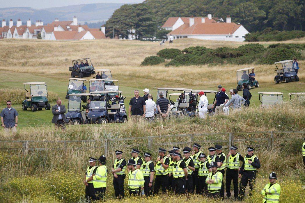 今年7月川普訪英,結束訪問行程後轉往蘇格蘭的自家球場度假。抗議民眾如影隨形在附近...