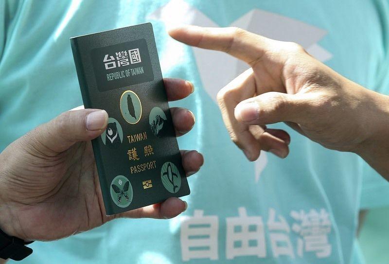 護照上貼「台灣國護照貼紙」惹議。 圖/聯合報系資料照片