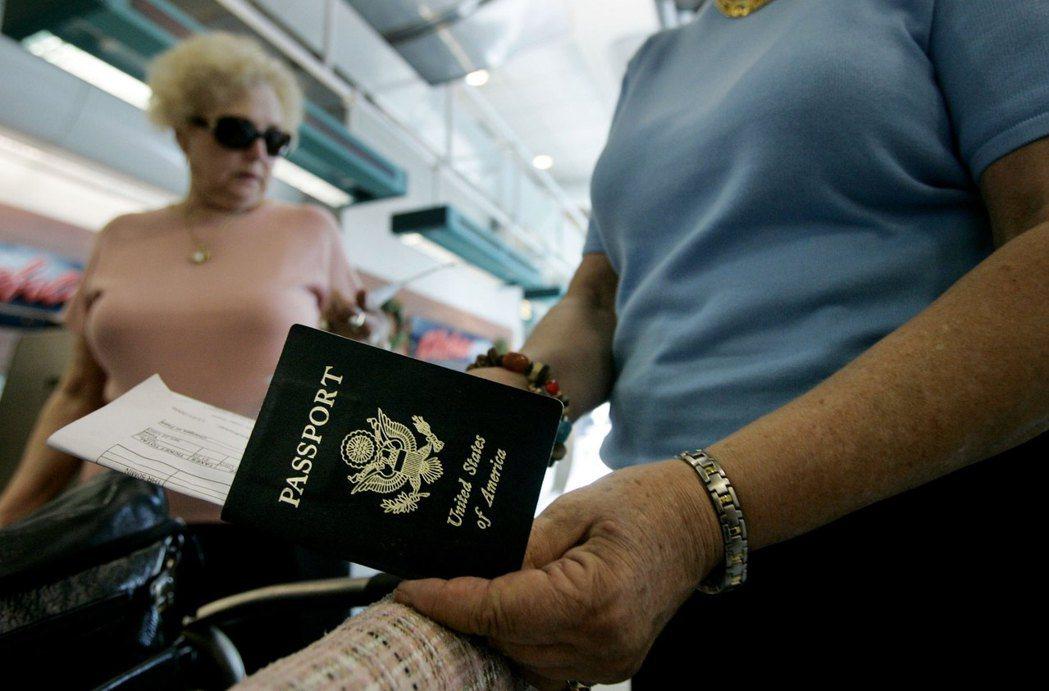 全球護照總共有藍、紅、綠、黑4種色調,網路上流傳「藍色護照是最好用的」,而且主權...