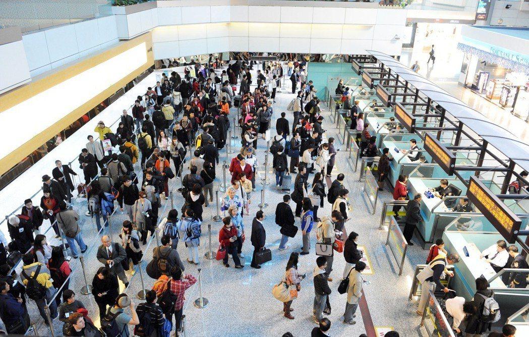 各國採用哪一種色調的護照,並沒有嚴格機制,只要符合一定規格、讓各國通關設備可以讀...
