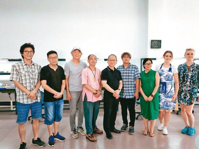 法藍瓷總裁陳立恆(左五)與八位駐村藝術家合照。 圖/何秀玲