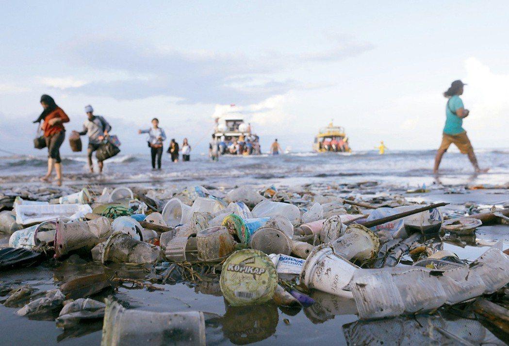 峇里島海灘滿是塑膠垃圾。 路透