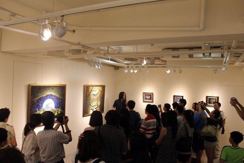 藝術家海至,親自介紹「光約」個展。 國璽藝術/提供