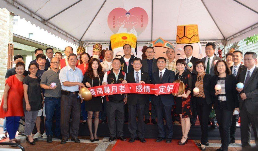 周雅菁副局長(第一排右四)、李孟諺市長(第一排右六)與寺廟及飯店代表,歡迎民眾到...