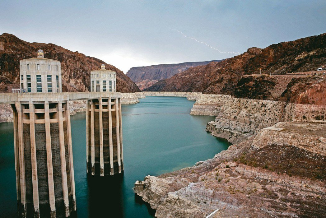 1930年代建造的胡佛水壩可用來儲存太陽能和風能電力。 美聯社