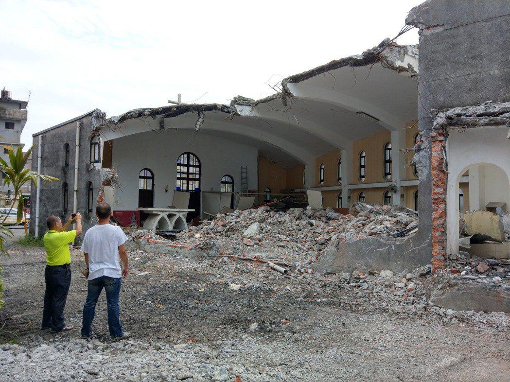 礁溪天主堂裡面已被拆除殆盡,只剩下正面外觀的一面牆。 本報資料照片/記者戴永華攝...