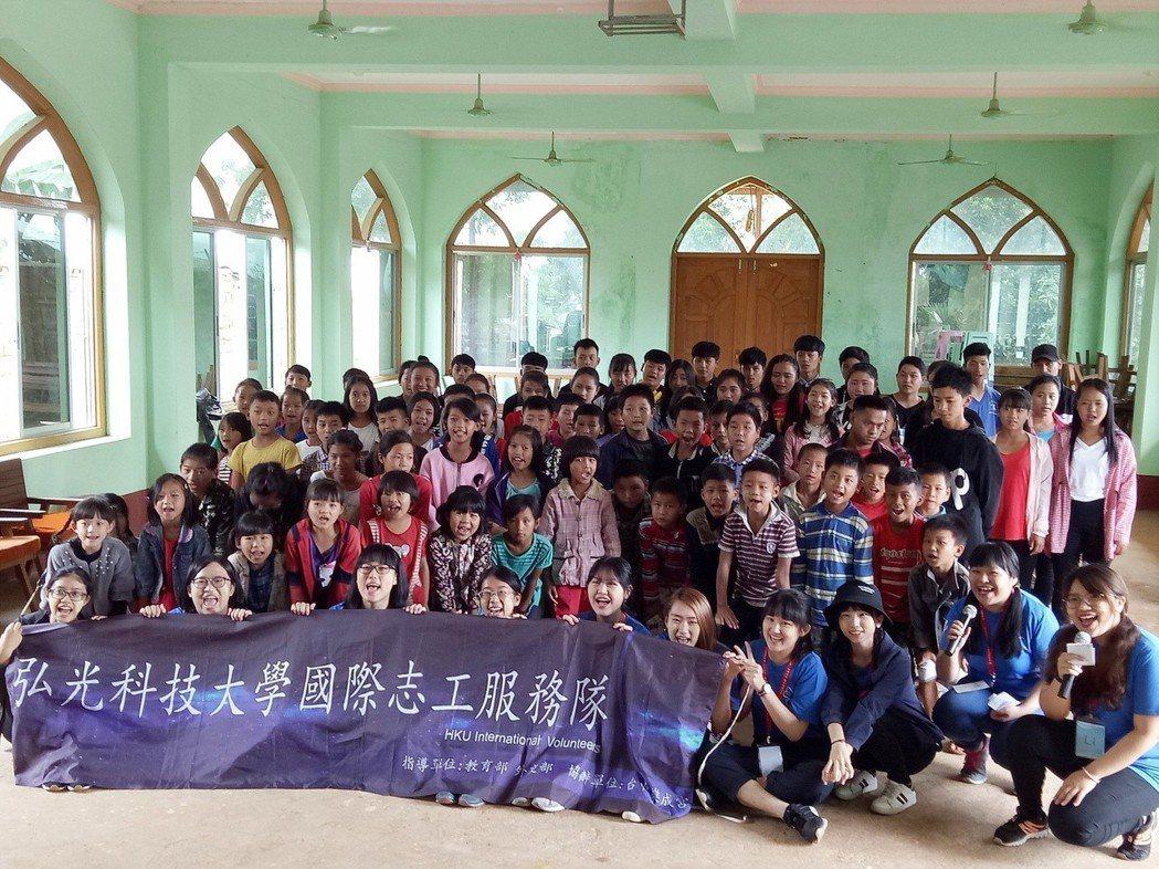 弘光科大國際志工第一梯次學生前往緬甸服務,與當地小朋友合影 弘光科大/提供。