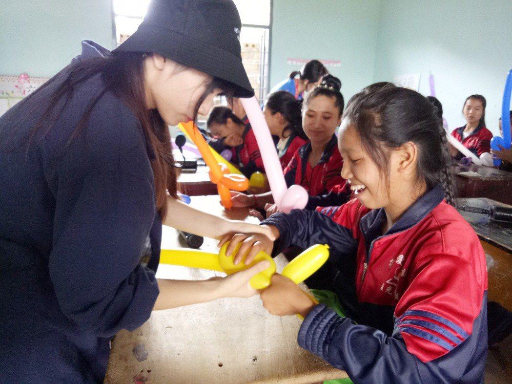 弘光科大國際志工前往緬甸服務教消朋友製作氣球 弘光科大/提供。