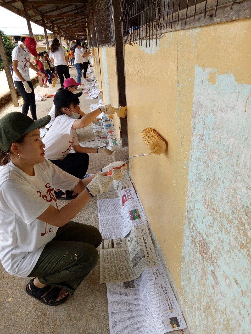 弘光科大國際志工前往緬甸服務幫忙刷油漆 弘光科大/提供。