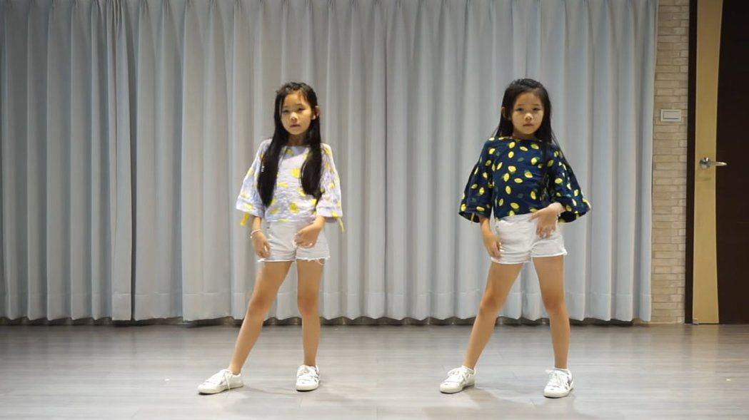 左左右右挑戰BLACKPINK新歌舞蹈。 圖/擷自Youtube