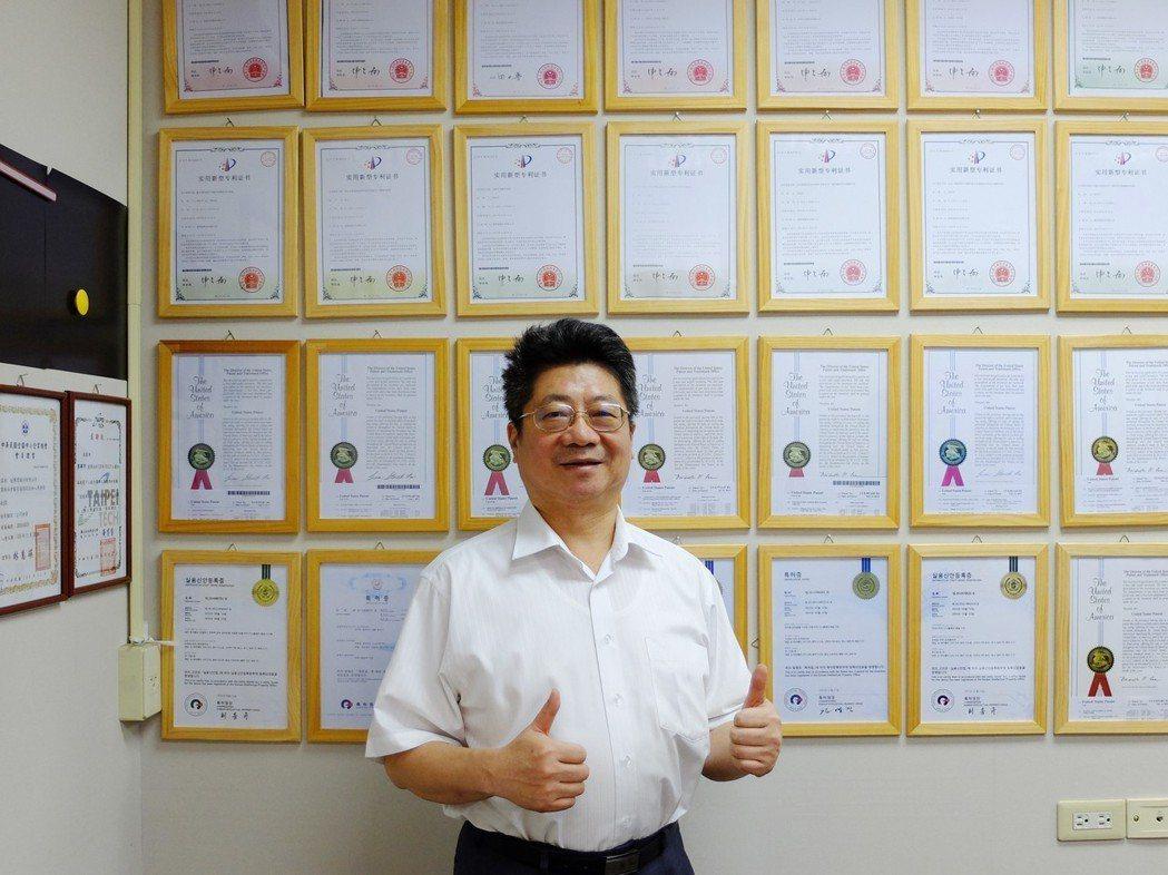 速博思副董事長王銘江與速博思的「環繞專利牆」。 江俊逵/攝影