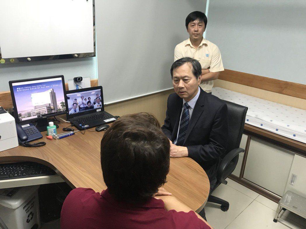 中榮許惠恒院長於越南診間為台灣民眾問診狀況 臺中榮總/提供。