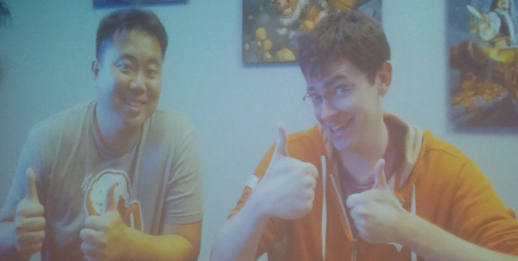 《爐石戰記》資深遊戲設計師 Daniel Emmons (右)及助理卡牌定稿設計...