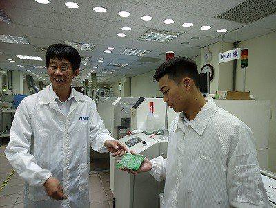 凱明有限公司人資經理蔣明(左)以師徒傳承方式,指點鍾臣威工作。 臺北青年職涯發展...
