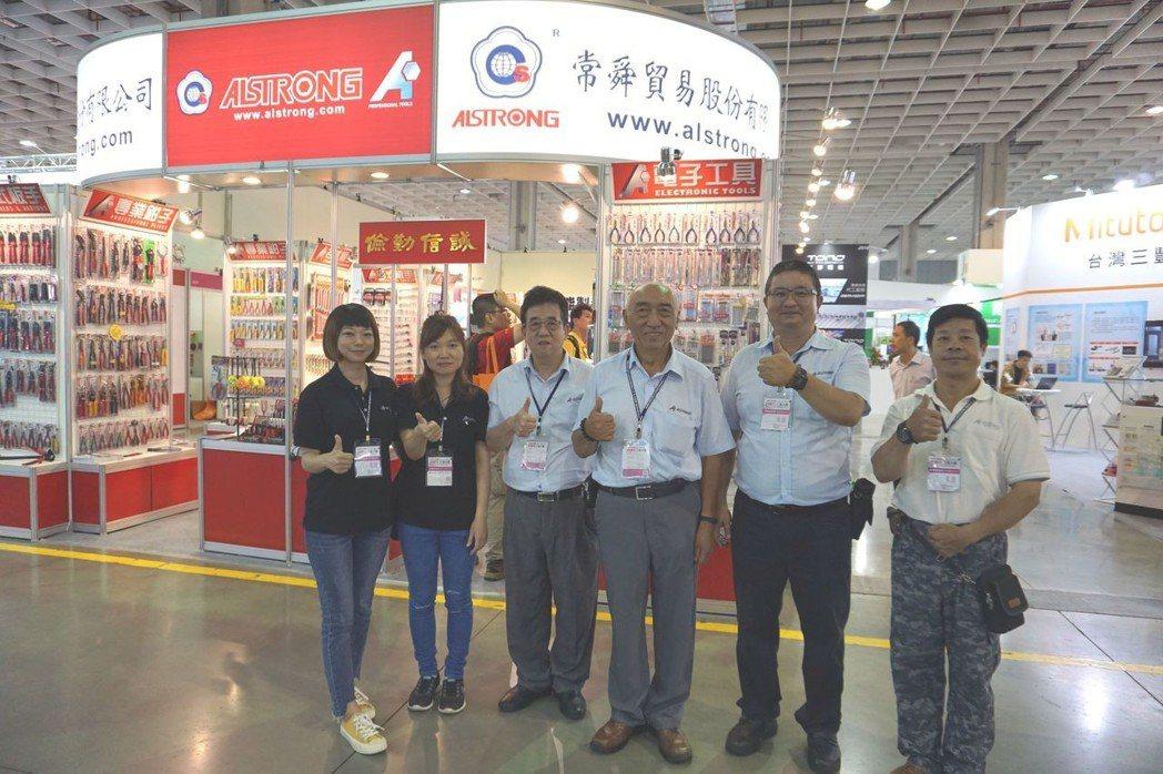 常舜貿易副總經理于光華(右三)與行銷團隊合影。 金萊萊/攝影