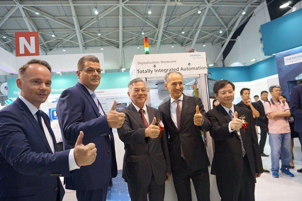 經濟部部長沈榮津(左三)參觀西門子展出工業4.0解決方案,與台灣西門子總裁艾偉E...
