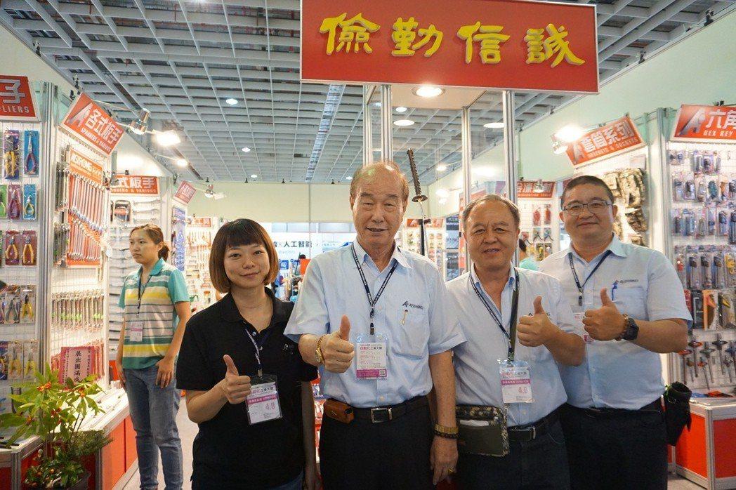 常舜貿易董事長房臣賢(左二)與展出團隊合影。 金萊萊/攝影