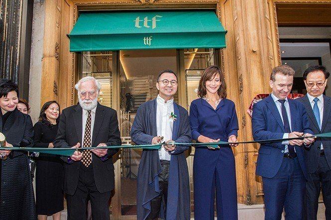 TTF創始人吳峰華(左三)與蘇菲‧瑪索(右三)等人共同為TTF巴黎旗艦店開幕活動...