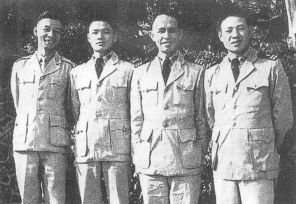 1958年張默瘂弦彭邦楨洛夫攝於左營電台前