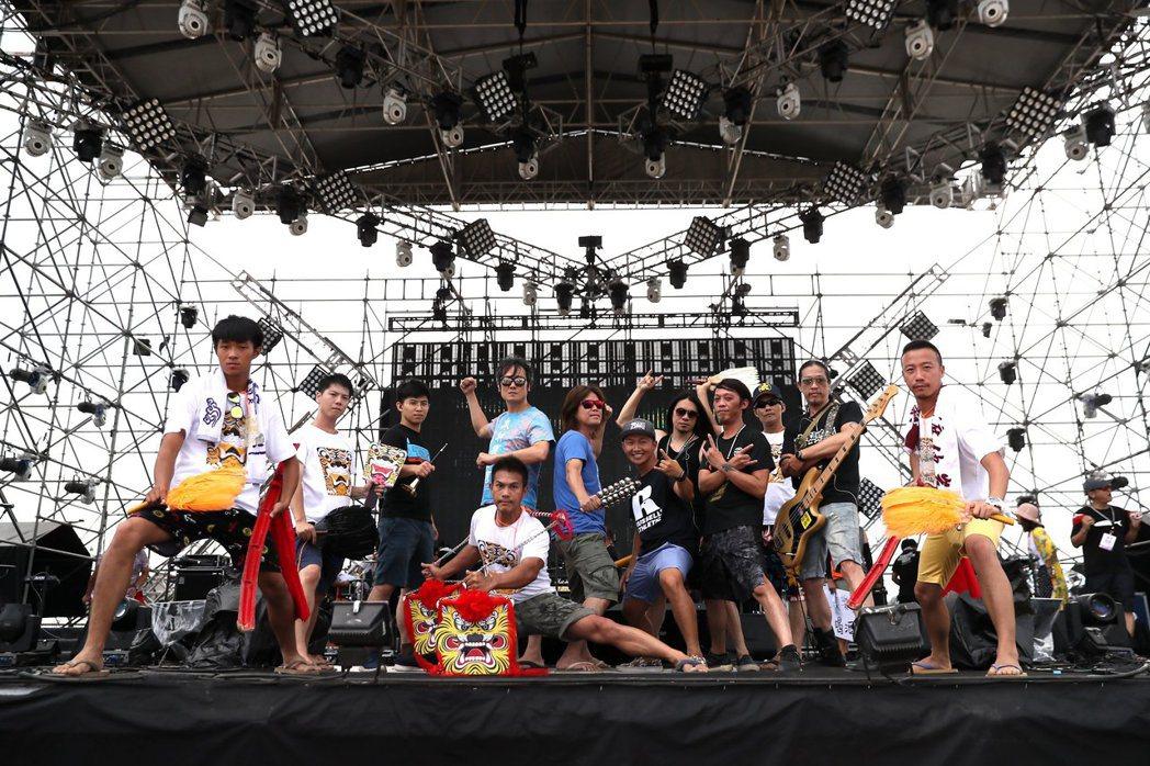 董事長樂團和蔡昌憲(右六)合唱。圖/獨一無二娛樂提供