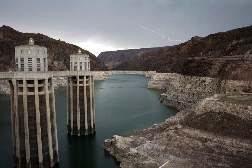 1930年代建造的胡佛水壩可用來儲存太陽能和風能電力。美聯社