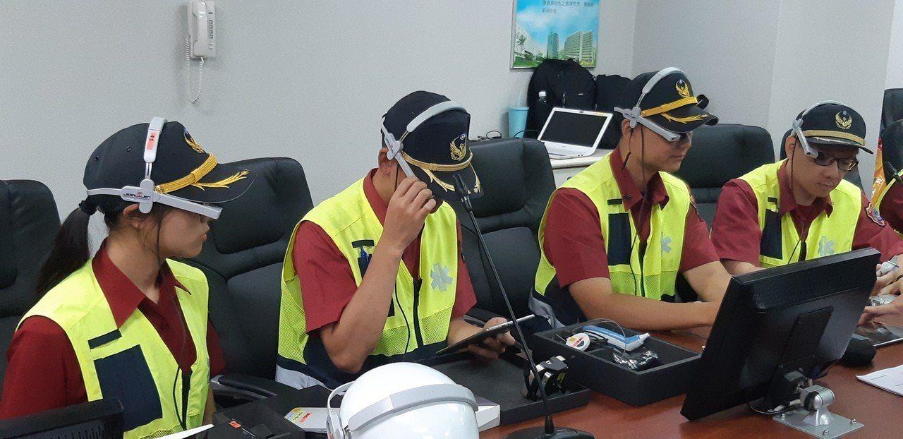目前基隆市9個消防分隊已配備18套「EMS智能眼鏡」、「行動指揮官平板」。記者賴...