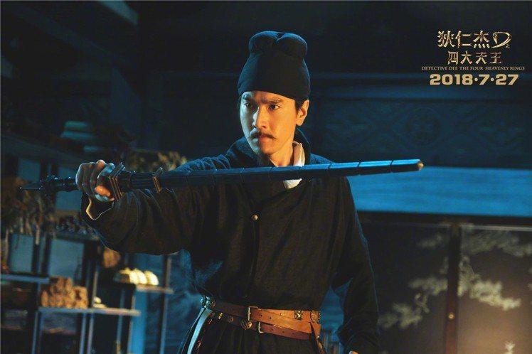 由趙又廷飾演的狄仁傑,劇照中手持的兵器即為「亢龍鐧」。圖/摘自微博