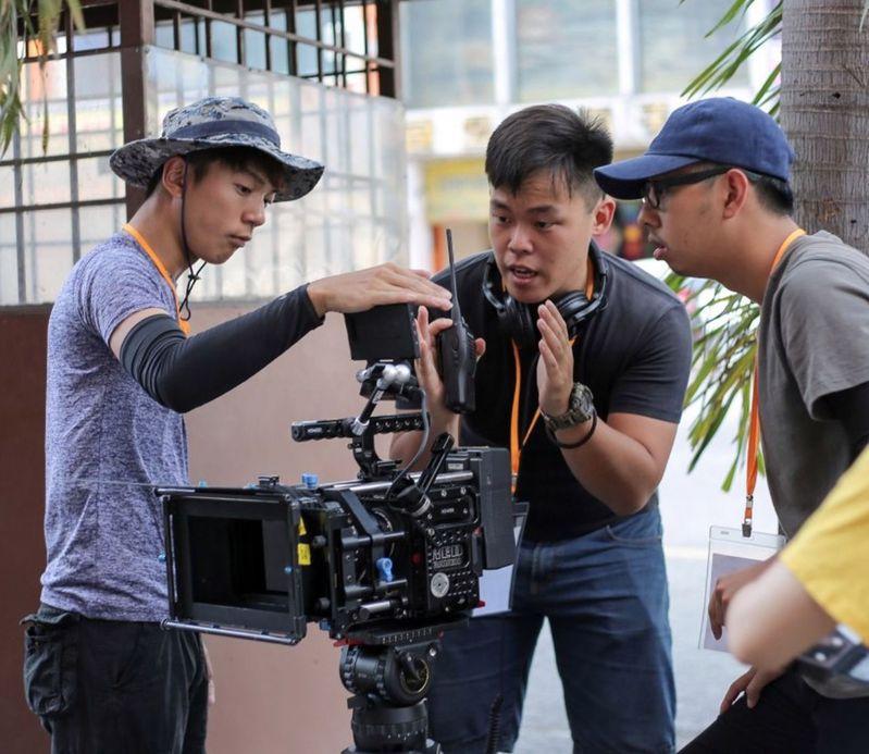 馬來西亞籍學生劉家軒(中)導演的作品「阿邦」,拿下印度國際短片節最佳學生導演獎。圖/劉家軒提供