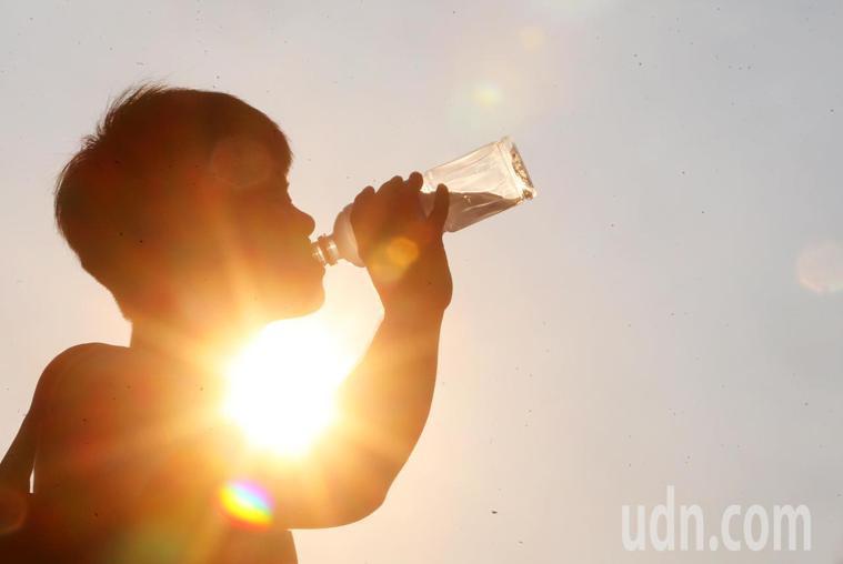 在酷熱的夏天,出汗量很大,所以需要額外多喝水補充汗液中損失的水分。記者胡經周/攝...