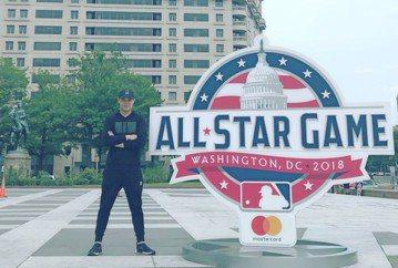 YouTuber聖結石日前應邀飛往美國,觀看美國職棒年度明星賽,還踏上大聯盟球場揮棒,他不斷自我催眠「我是職業棒球員」,信心油然而生,成功把3球都打擊出去,他樂說:「我站在棒球場時,還故意用力踏了幾...