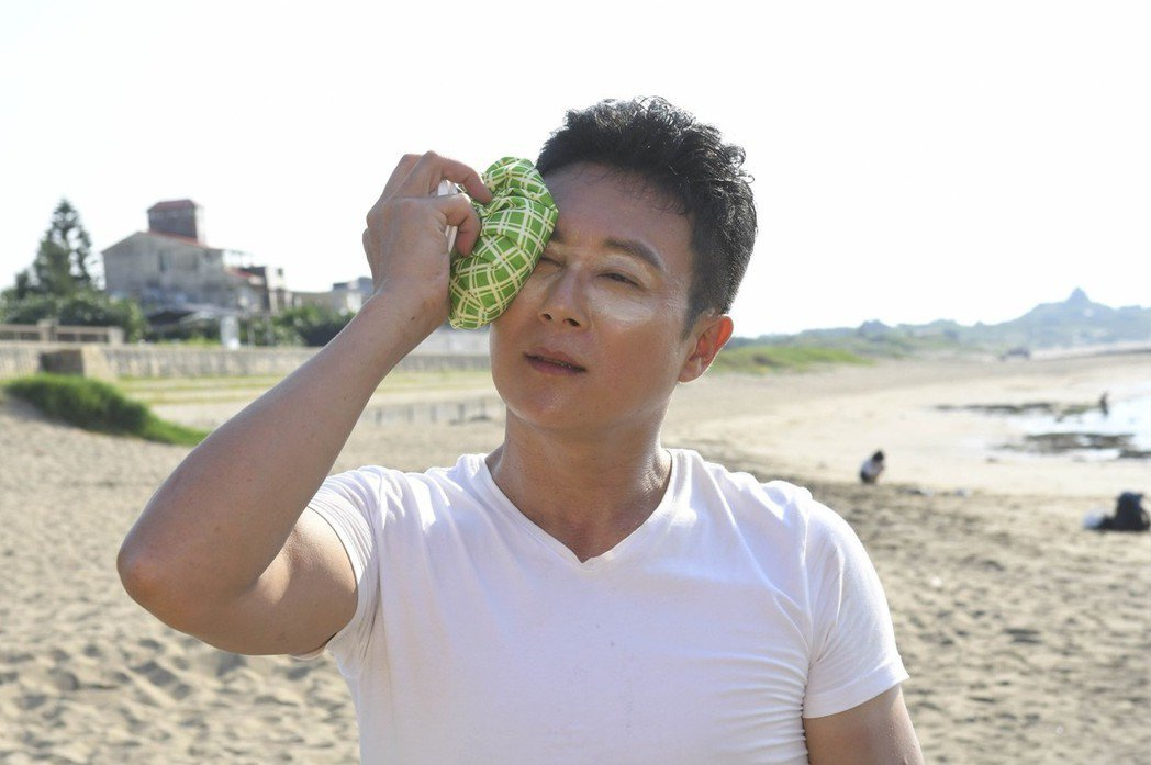 王燦玩沙灘排球不小心被球K中眼睛。圖/民視提供