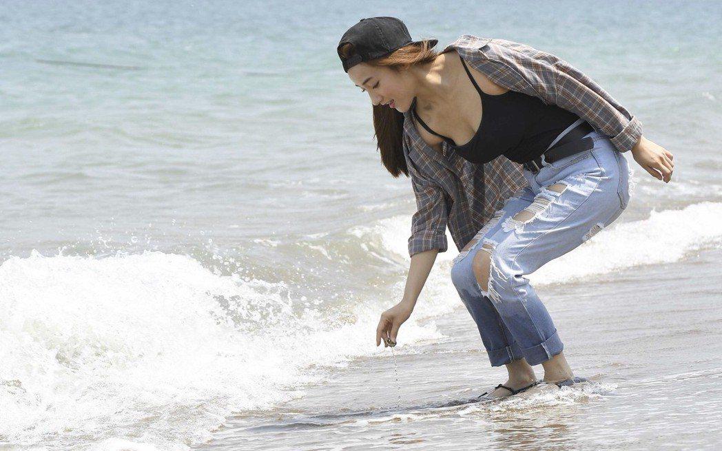 夏宇禾即使沒穿比基尼,外套牛仔褲依舊掩不住好身材。圖/民視提供
