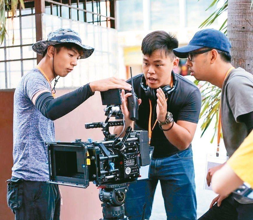 馬來西亞籍學生劉家軒(中)導演的作品「阿邦」,拿下印度國際短片節最佳學生導演獎。...