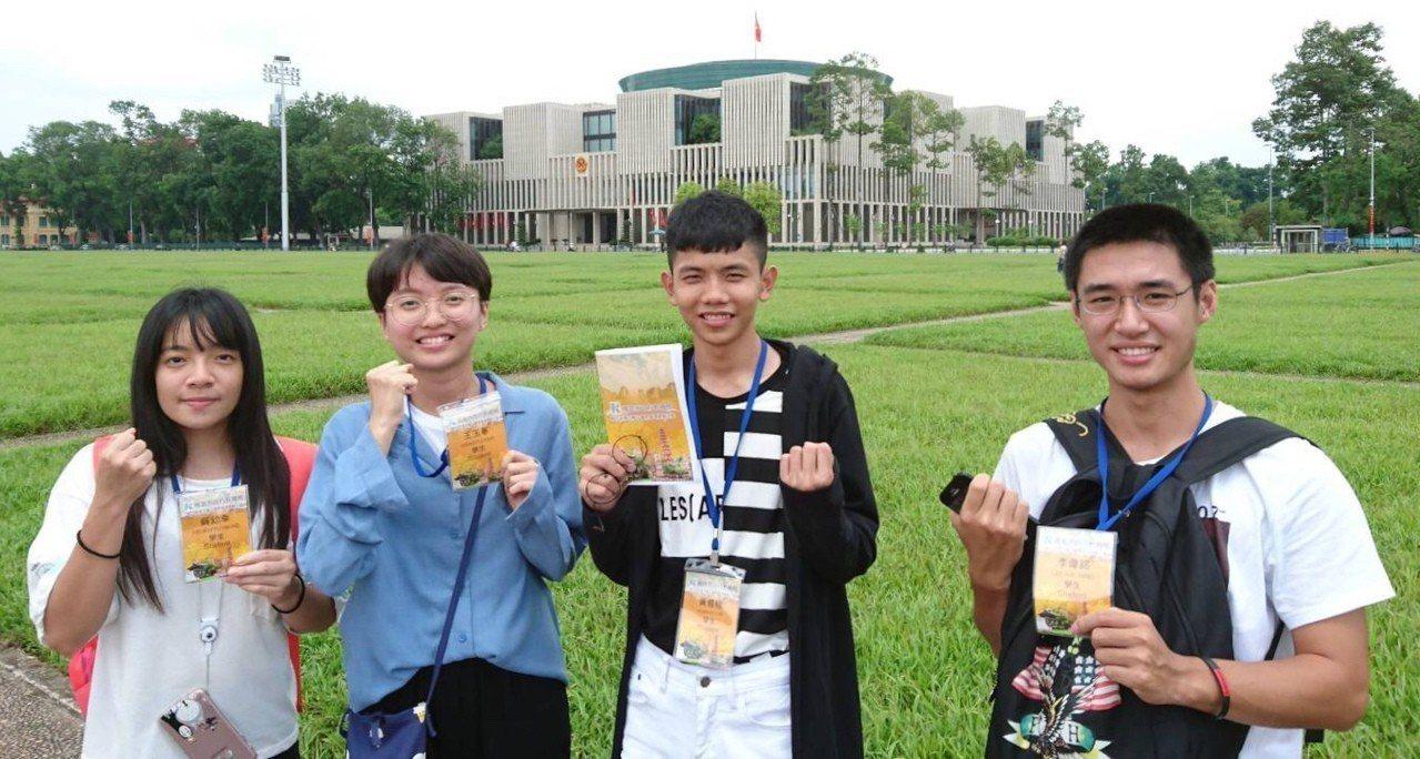 新二代學生薛幼幸(左起)、王玉華、李偉銘及黃易修,希望透過越南台商見習,對當地產...