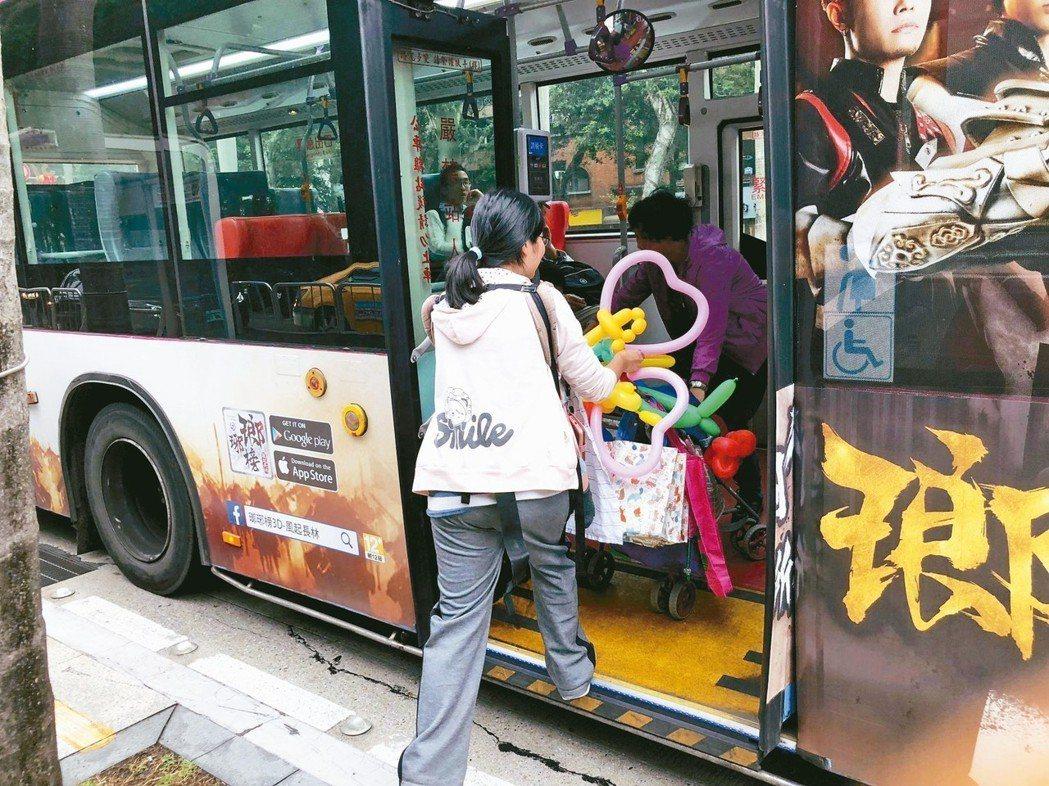 家長推嬰兒車搭公車,困難重重。 記者陳靖宜/攝影