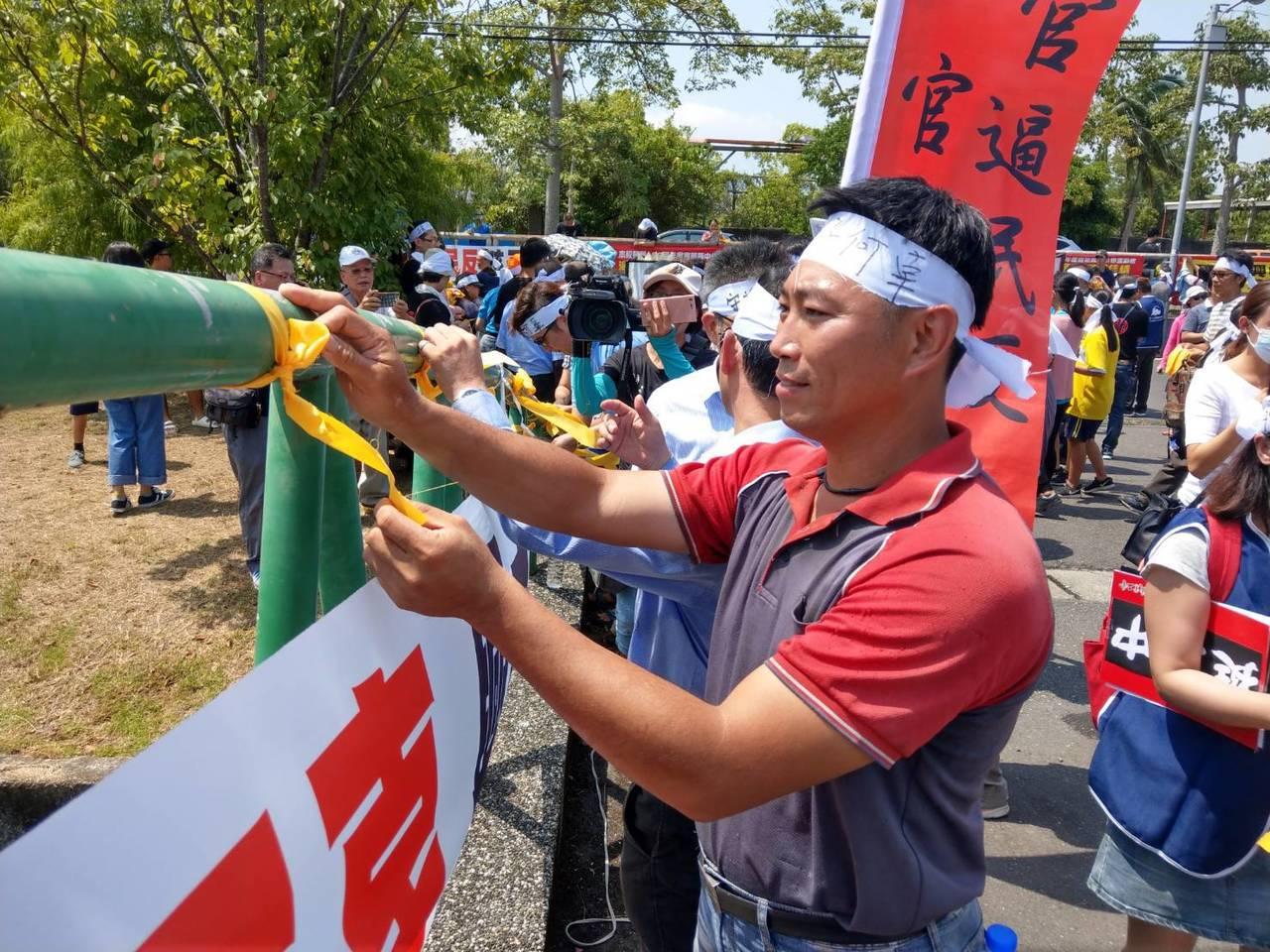 搶救宜蘭興中國中的地方人士在校園繫上黃絲帶,表達聲援力挺。 記者戴永華/攝影