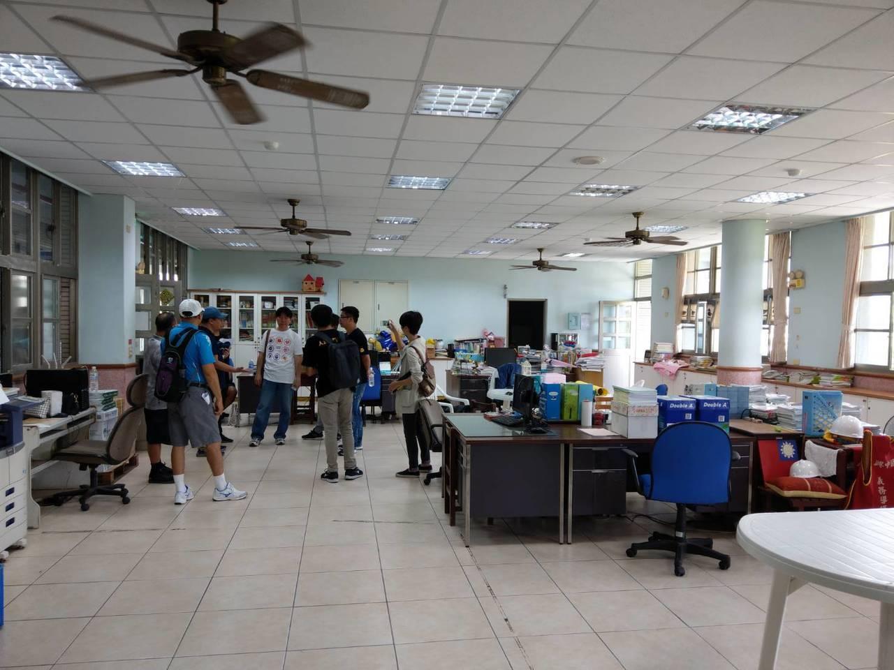 興中國中的老師辦公室要挪給慈心華德福當教室,遭質疑不符合國民中小學設備基準。 ...
