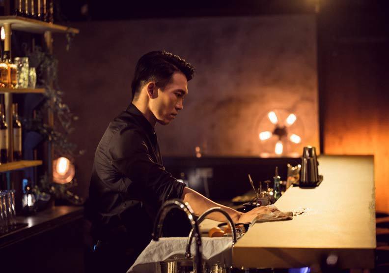 曾志偉意外來到徐嘉凱所開設的酒吧(圖中場景),兩人結識後來邀他成為下一部電影的監...