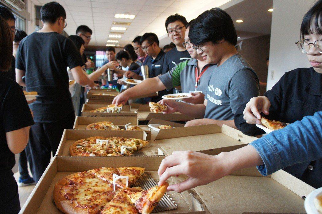 參賽者在大賽期間飽餐一頓是不可少的。 蔡尚勳/攝影