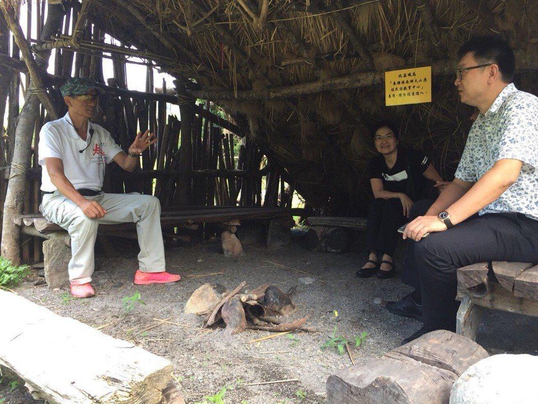 泰雅文化傳承人(左)與松王淑珍議員參選人(中)。  張家獻/提供