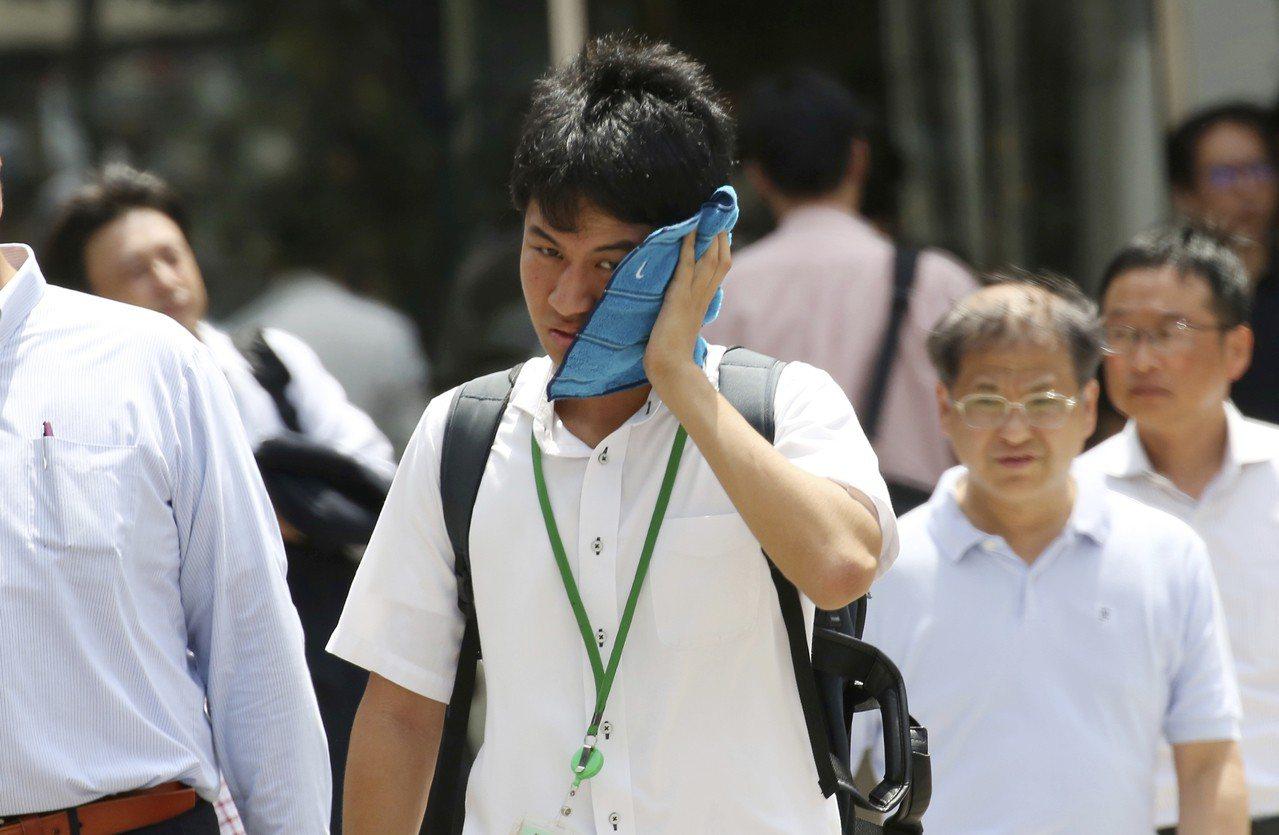 日本總務省消防廳今天公布4月30日到7月29日統計,因中暑送醫人數達5萬7534...