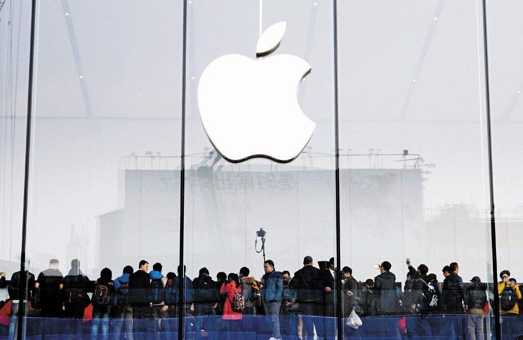2018上半年,美國蘋果手機在中國大陸智慧手機市場銷售額達人民幣1727億元,穩...