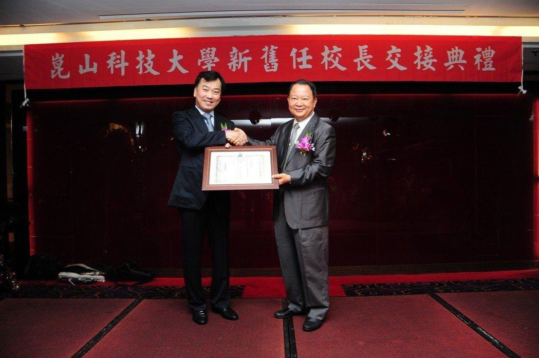 曾韋龍董事長(右)頒發聘書予李天祥校長。 崑山科大/提供
