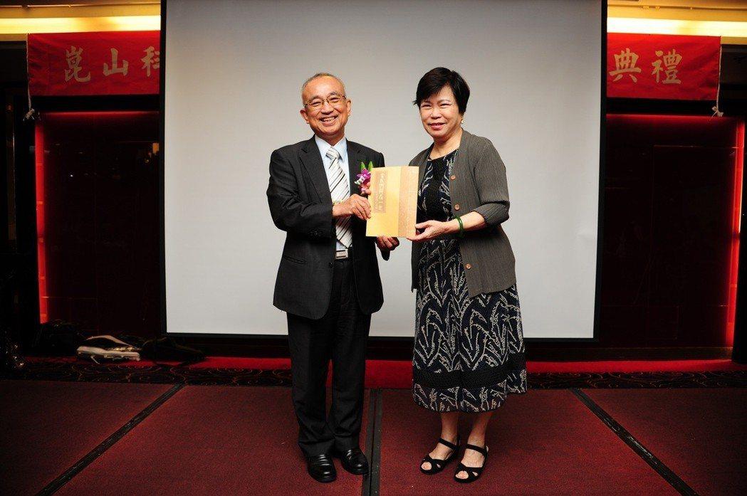創辦人夫人閔蓉蓉(右)代表全校致贈紀念品予蘇炎坤校長。 崑山科大/提供