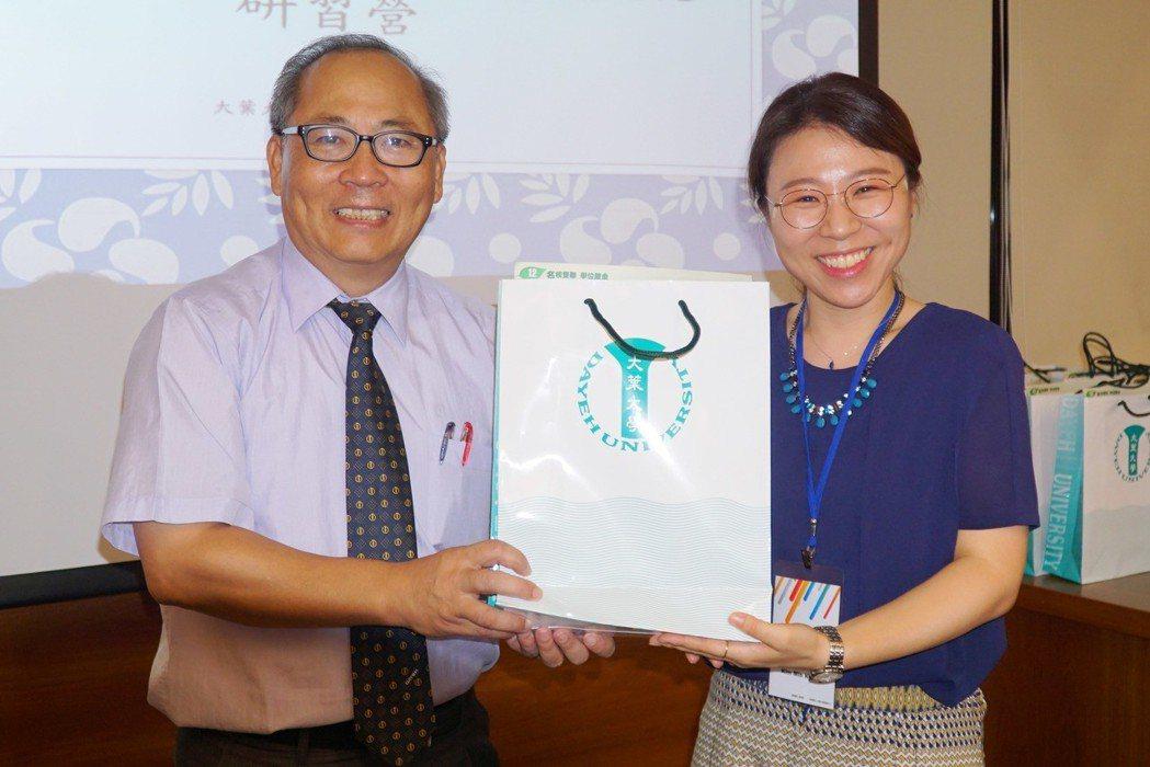 大葉大學副校長施英隆(左)致贈紀念品給韓國華語教師代表金民敬(右) 大葉大學/提...
