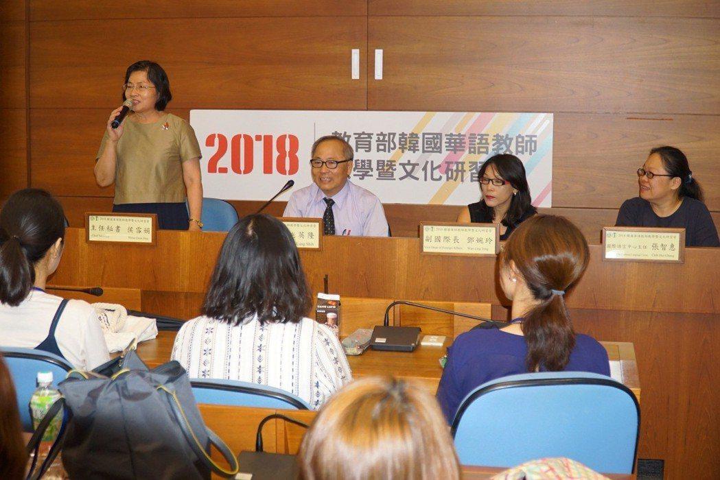 大葉大學主任秘書侯雪娟(左一)歡迎韓國華語教師 大葉大學/提供。