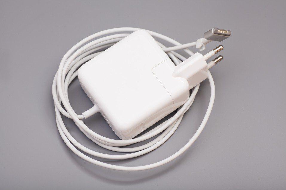 使用完畢後將充電器拔下,可以省電及避免火災發生。示意圖,圖片來源/ingimag...