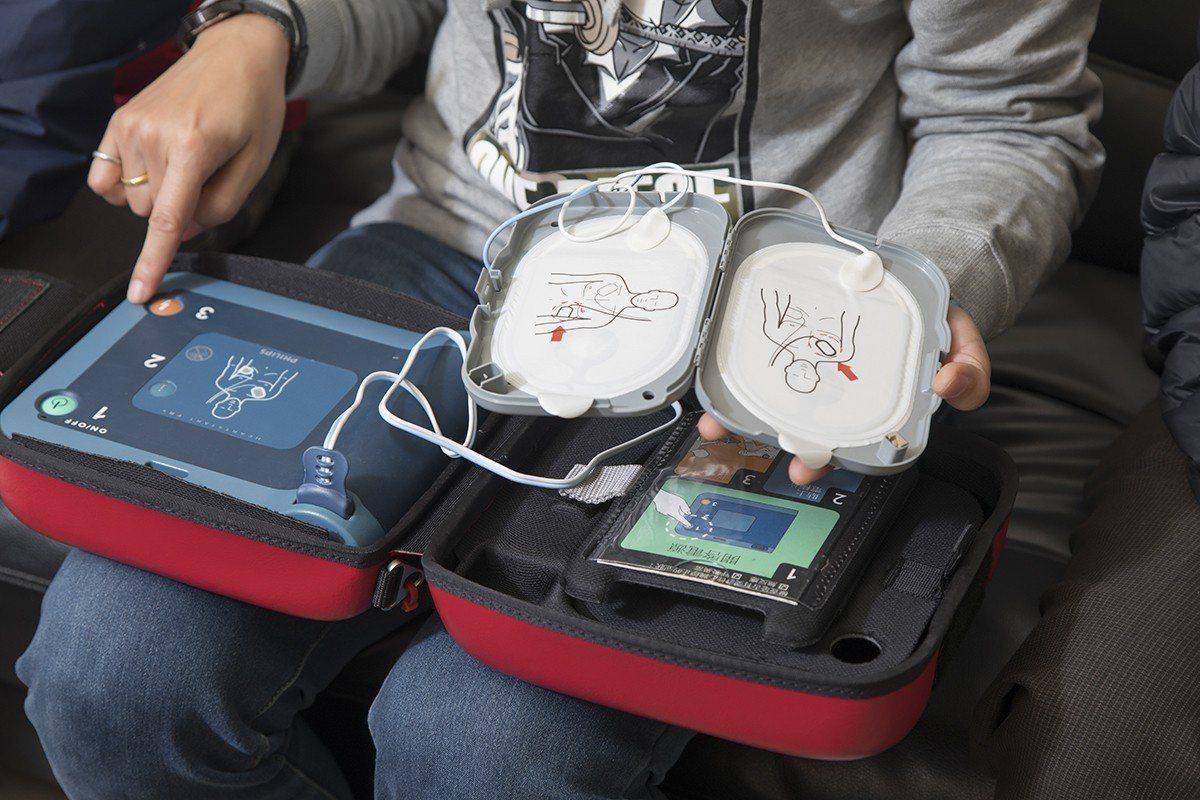 謝友詩說AED操作真的很簡單,只要依圖示與語音指示進行即可。 圖/中保 提供