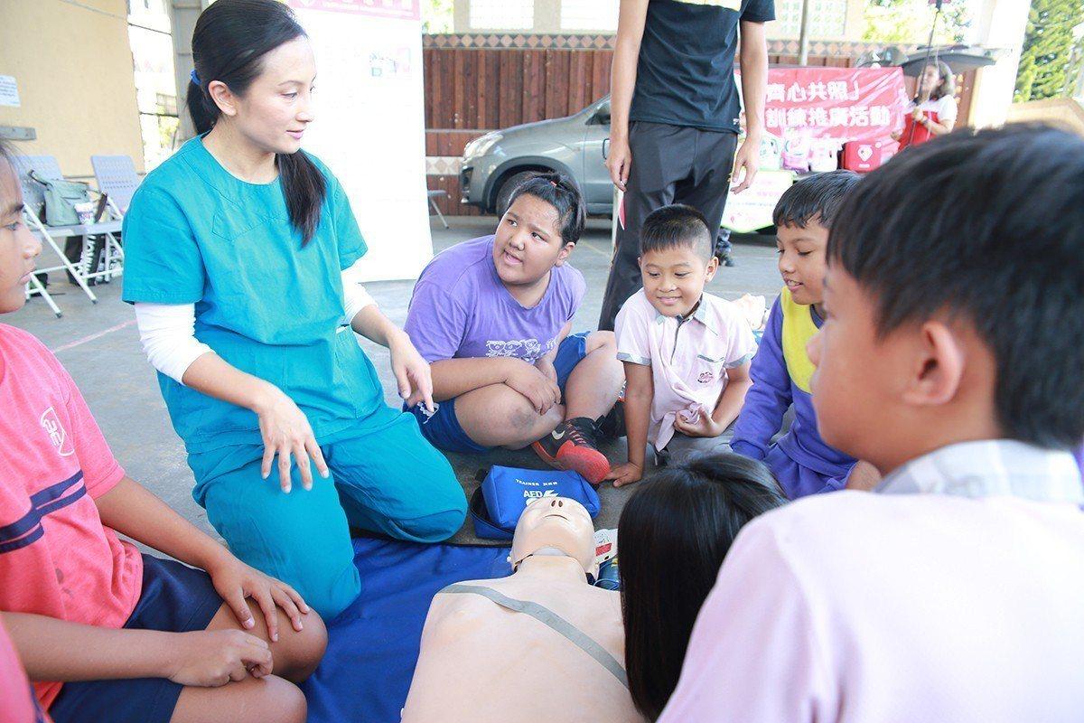 田醫師細心對部落孩子講解,大家專心聆聽、發問踴躍。 圖/中保 提供