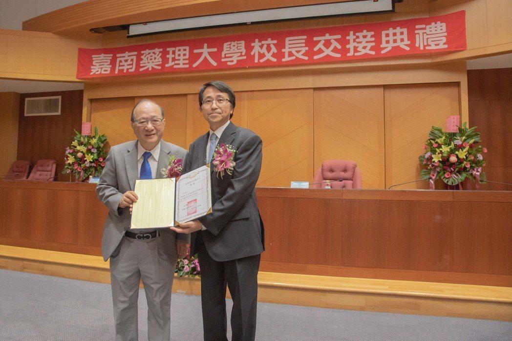 嘉南藥理大學董事長王昭雄(左)與新任校長陳鴻助。 嘉藥/提供